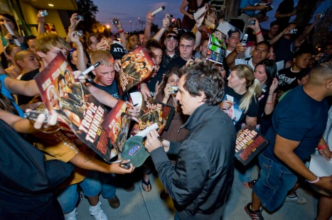 Surrounded by more than 1,400 Marines and sailors, actor Ben Stiller greets fans, signs autographs and poses for photos before treating troops to an advance screening of DreamWorksÕ ÒTropic Thunder.Ó